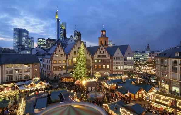 Картинка люди, праздник, елка, Европа, домики, карусель, гирлянды, год, новый, новогодняя, ярмарка