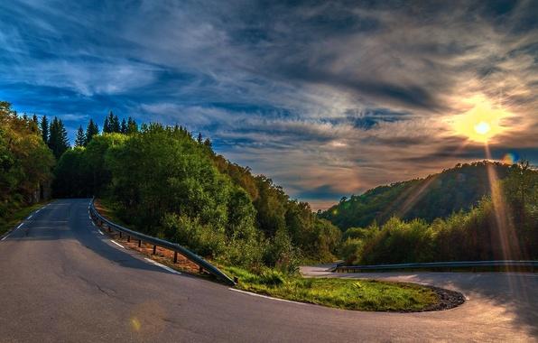 Картинка дорога, лес, асфальт, облака, деревья, закат, холмы, поворот