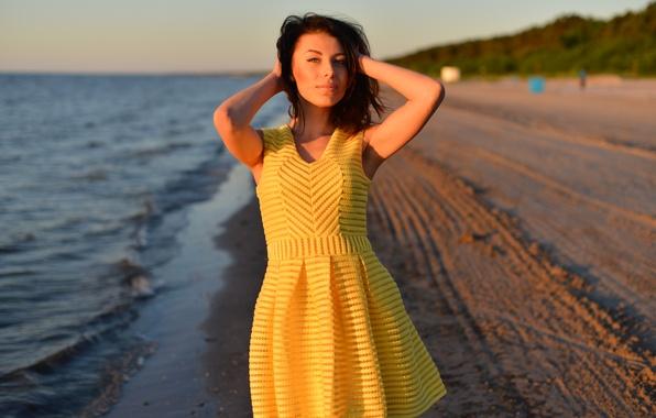 Картинка пляж, взгляд, девушка, лицо, фон, ветер, волосы