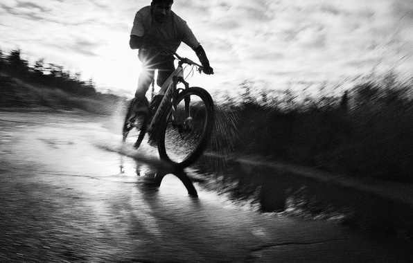Картинка дорога, вода, брызги, велосипед, спорт, скорость, фотограф, актер, черно-белое, Николай Костер-Вальдау, Nikolaj Coster-Waldau, Simon Emmett, …