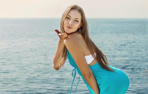 Картинка взгляд, девушка, лицо, поза, улыбка, милая, портрет, горизонт, изгиб, шатенка, красивая, прелесть, sea, талия, young, ...