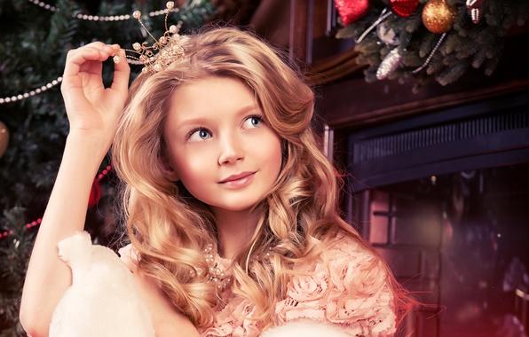 Картинка девушка, игрушки, сказка, корона, Рождество, камин, принцесса