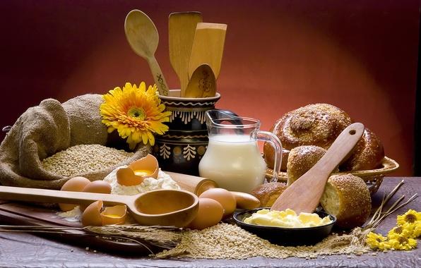 Картинка цветы, стол, зерно, молоко, тарелка, хлеб, колосья, доска, кувшин, мешок, булочки