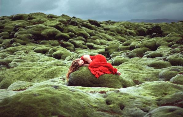 Картинка девушка, камень, сон, в красном, Lizzy Gadd