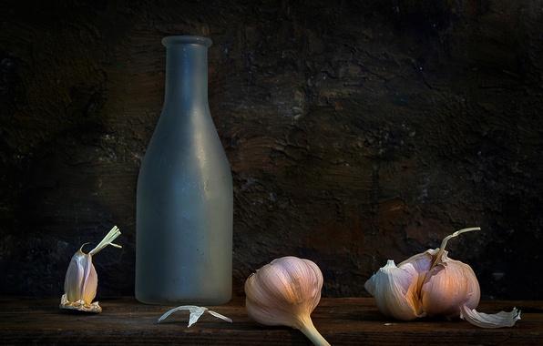Картинка бутылка, натюрморт, композиция, чеснок, The pungent panacea