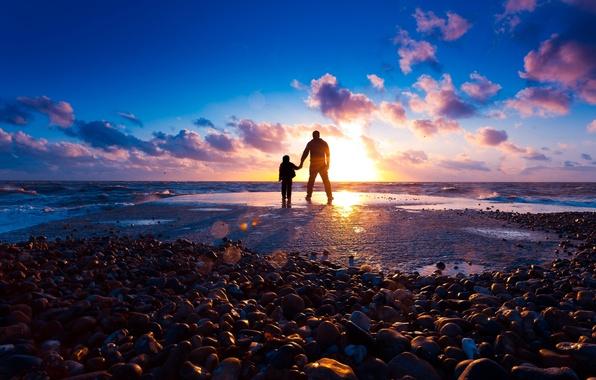 Картинка море, пляж, солнце, лучи, свет, закат, камни, настроение, берег, мальчик, парень, силуэта