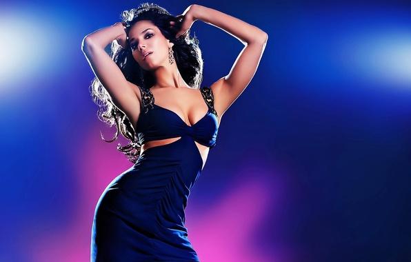 Картинка взгляд, девушка, поза, фон, модель, волосы, танец, серьги, руки, кудри, синее платье