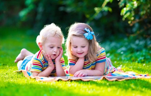 Картинка лето, дети, отдых, мальчик, маленькие, девочка, книга, summer, grass, children, Boys, Little girls