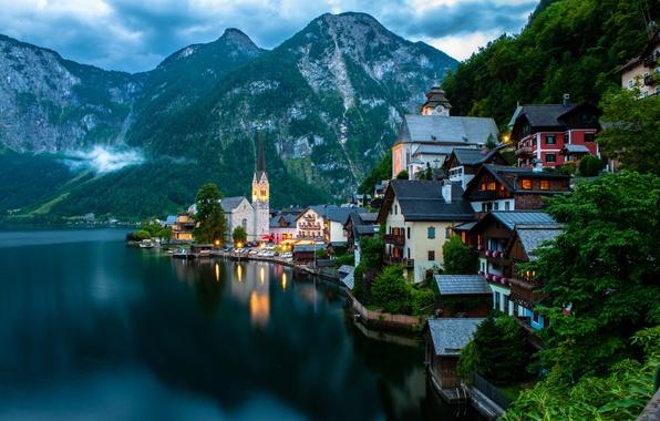 Картинка деревья, пейзаж, горы, природа, город, озеро, здания, дома, лодки, вечер, Австрия, Альпы, церковь, Salzkammergut, Hallstatt, …