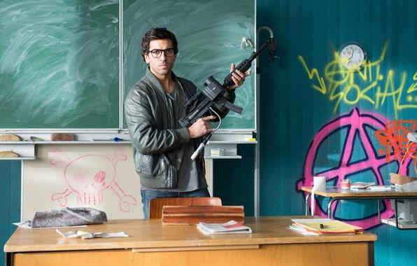 Фото обои оружие, очки, класс, доска, школа, учитель, Elyas M'Barek, Fack ju Göhte, Зачётный препод, Элиас ЭмБарек