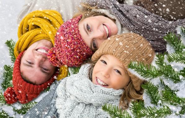 Картинка зима, снег, ветки, улыбка, праздник, новый год, ель, семья
