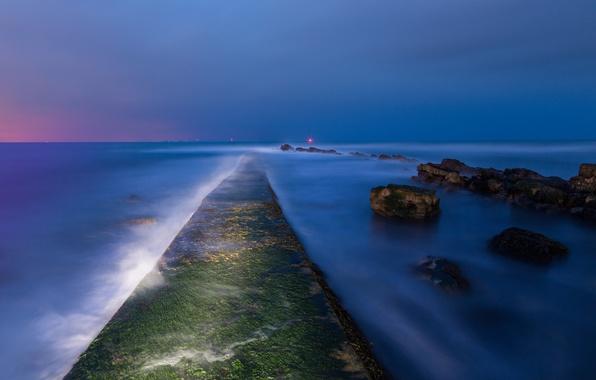 Картинка море, небо, огни, синева, камни, берег, Англия, мох, вечер, залив, Великобритания, сумерки, вдали