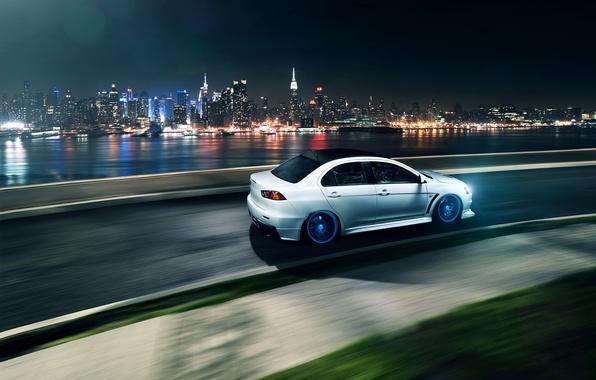 Картинка белый, ночь, город, скорость, поворот, Mitsubishi, Lancer, white, Evolution, небоскрёбы, мегаполис, лансер, митсубиси, эволюшн, Vossen ...