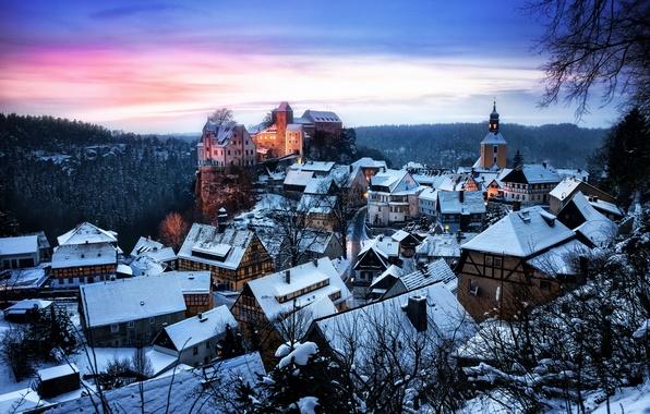 Картинка зима, лес, снег, деревья, закат, замок, вечер, Германия, домики, крепость, Саксония, Хонштайн