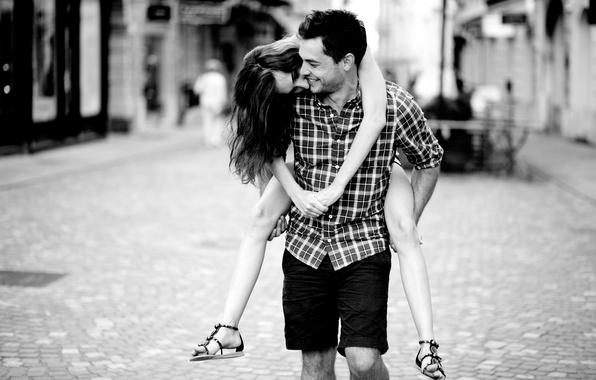 Картинка девушка, любовь, радость, счастье, улыбка, фон, ситуации, черно-белый, улица, романтика, чувства, смех, пара, мужчина, love, …
