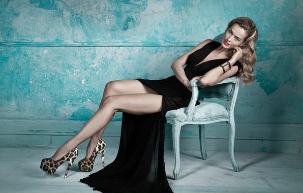 Картинка взгляд, поза, тело, Девушка, платье, блондинка, стул, ножки