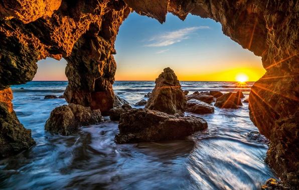 Картинка море, небо, камни, скалы, рассвет, берег, горизонт, США, лучи солнца, Малибу