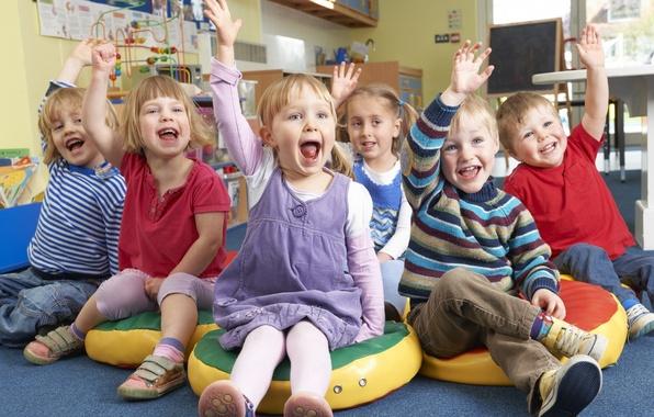 Фото обои дети, улыбка, группа, мальчик, девочка, ручки, малыши, ребята, детский сад, глаща, поза мимика