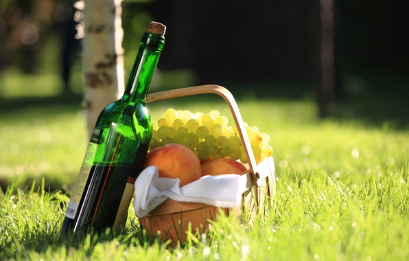 Картинка трава, вино, красное, корзина, виноград, пикник, берёза, персики, салфетка, боке