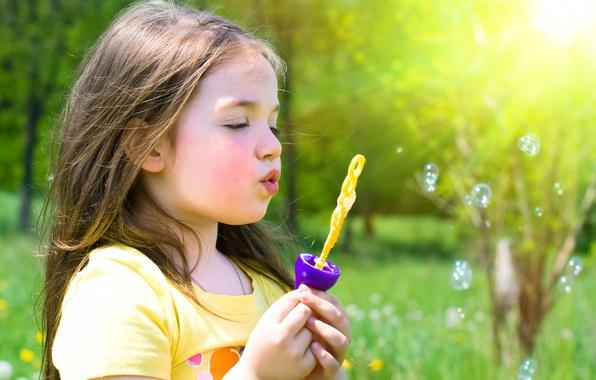 Картинка трава, деревья, цветы, природа, дети, детство, пузыри, ребенок, весна, блондинка, девочка, bubbles, grass, trees, nature, …
