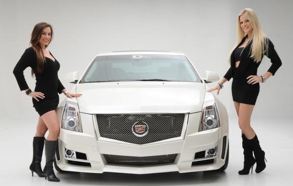 Две красивые девушки возле авто