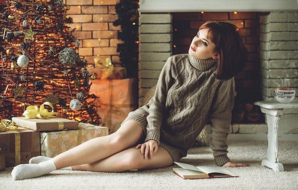 Картинка девушка, уют, тепло, елка, новый год, рождество, ель, girl, камин, шатенка, ножки, свитер