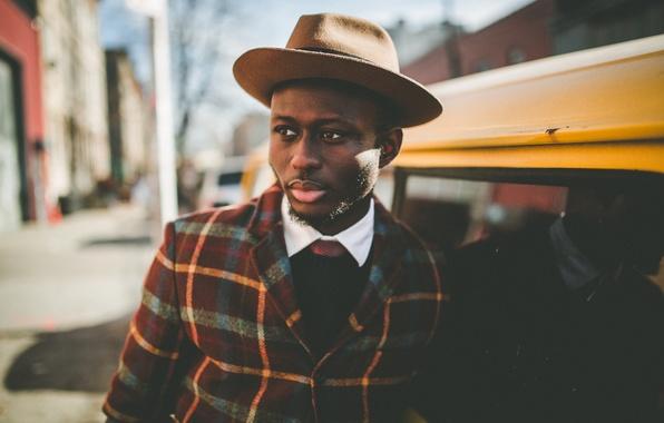 Картинка глаза, отражение, улица, окна, тень, шляпа, куртка, губы, мужчина, зеркала, автомобили, боке, солнечный свет, фонарный …