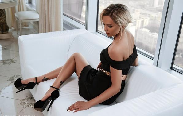 Картинка поза, диван, ноги, модель, платье, окно, туфли, декольте, Roman Polyanchev