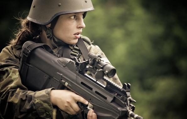 Картинка девушка, оружие, автомат, каска, FN F2000