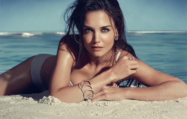 Картинка песок, пляж, купальник, модель, актриса, бикини, обои девушки, brunettes, Models, katie holmes, кэти холмс