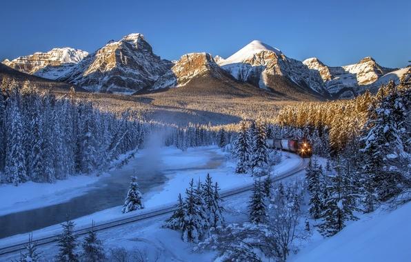 Картинка зима, лес, снег, деревья, горы, река, поезд, Канада, железная дорога, Альберта, Banff National Park, Alberta, …