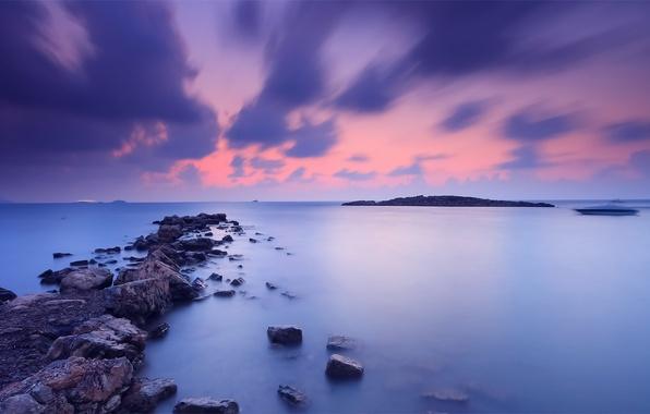 Картинка небо, вода, закат, оранжевый, тучи, гладь, синева, камни, берег, Море, вечер, катер, штиль, вдали