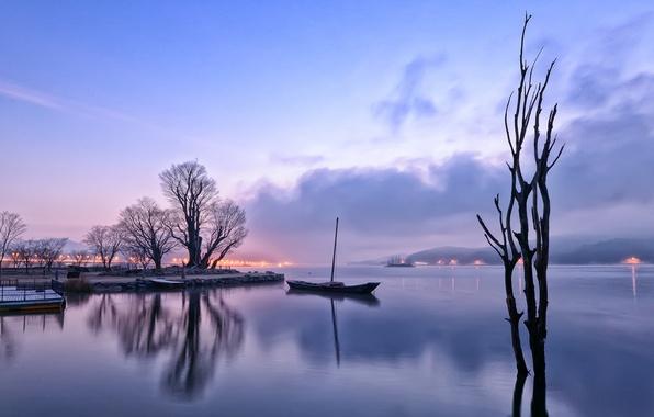 Картинка небо, облака, деревья, огни, туман, озеро, отражение, холмы, лодка, Утро, дымка, сиреневое, перед рассветом