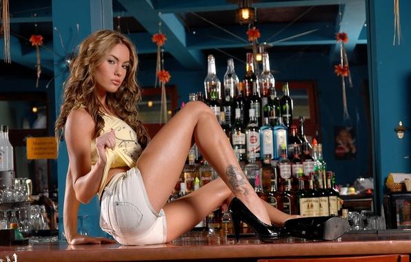 Картинка девушка, модель, шорты, бутылка, бар, майка, тату, туфли, каблуки, стойка, Veronika Fasterova, жилетка