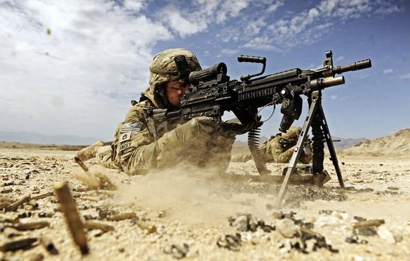 Картинка песок, пыль, солдат, стрельба, гильзы, soldier, dust, sand, us army, firing, армия США, machine gun, …