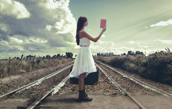 Картинка девушка, рельсы, железная дорога, чемодан, путеводитель