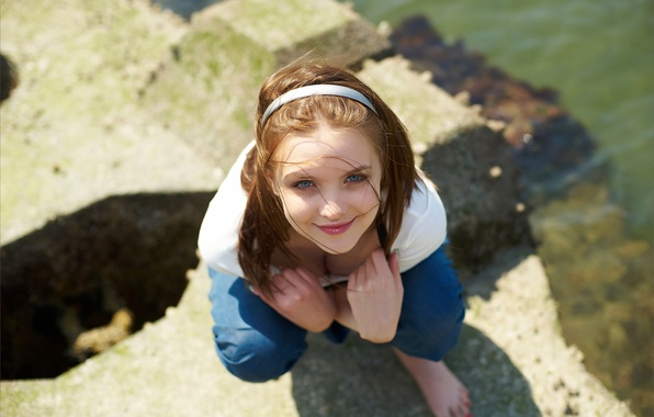 Картинка взгляд, вода, девушка, улыбка, ветер, камень, майка, шатенка, обруч, Amelie