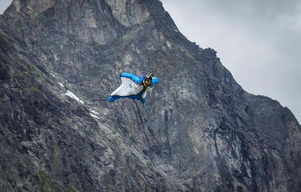 Картинка полет, горы, скалы, камера, парашют, контейнер, шлем, пилот, экстремальный спорт, вингсьют, бейсджампинг, бейсер