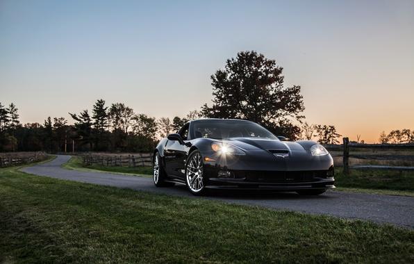 Картинка дорога, газон, чёрный, вечер, corvette, шевроле, black, zr1, обочина, chevrolet, корветт