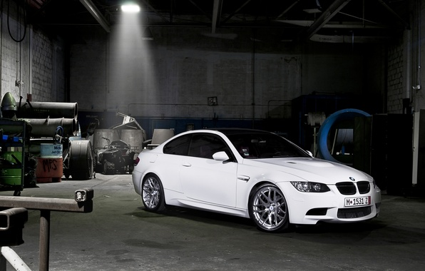 Картинка белый, темнота, тюнинг, гараж, BMW, БМВ, tuning, передок