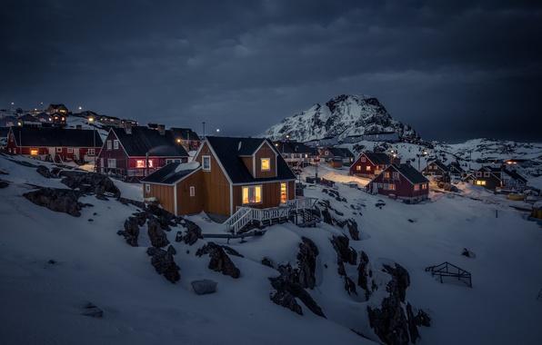 Картинка снег, горы, ночь, огни, дома, буря, Гренландия, серые облака, Sisimiut, Сисимиут