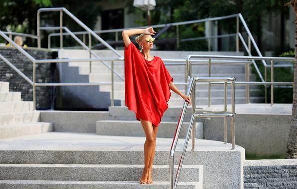 Картинка лето, лицо, модель, загар, платье, очки, ступеньки, ножки