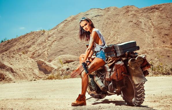Картинка песок, девушка, пистолет, шорты, ботинки, майка, брюнетка, очки, мотоцикл, Harley Davidson, байк