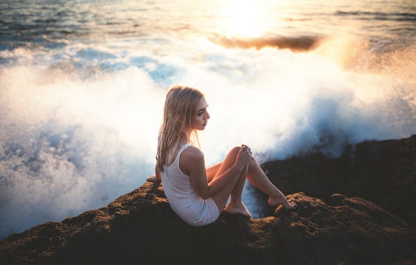 Картинка девушка, камень, прибой, ножки