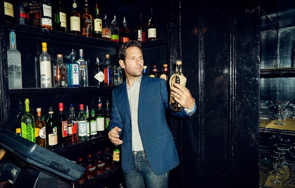 Картинка джинсы, фотограф, актер, бутылки, пиджак, журнал, фотосессия, полки, 2015, The Hollywood Reporter, Paul Rudd, Пол …