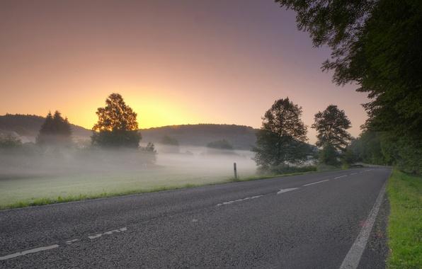 Картинка дорога, поле, пейзаж, закат, туман