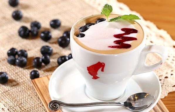 Картинка пена, ягоды, кофе, молоко, черника, ложка, чашка, капучино, блюдце, джем, топпинг