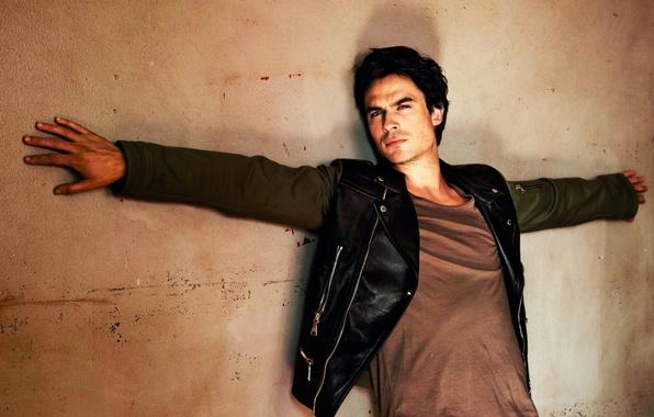 Картинка стена, куртка, сериал, парень, актёр, дневники вампира, ian somerhalder, damon, the vampire diaries, дэймон, иен …