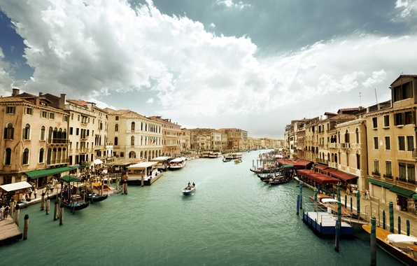 Картинка небо, вода, люди, пасмурно, здания, дома, лодки, Италия, Венеция, архитектура, Italy, гондолы, Venice, Гранд-канал, Canal …