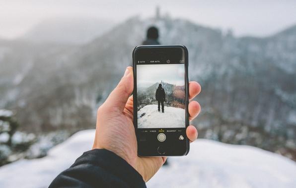 Картинка зима, снег, пейзаж, горы, фотография, iPhone, рука, капюшон, мужчина, боке